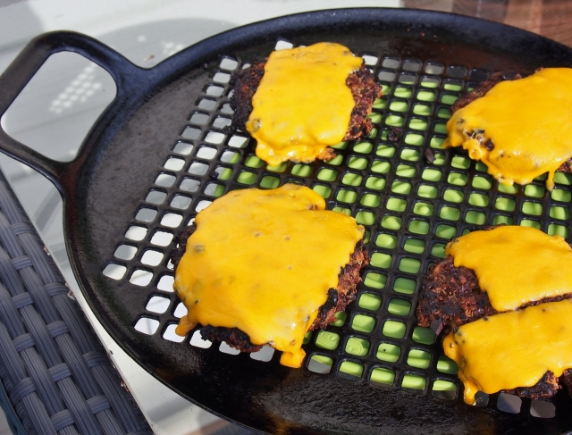 Grilled burgers with cheese